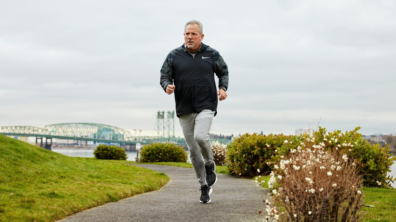 Bob March 在户外跑步。