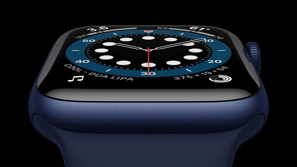 Apple Watch Series 6 蓝色铝金属表壳特写。