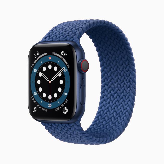 Apple Watch Series 6 搭配蓝色铝金属表壳和蓝色编织单圈表带。