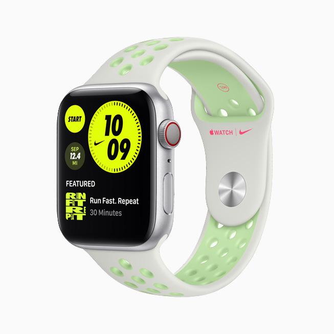 Apple Watch Nike 搭配亮云杉配雾绿色 Nike 运动表带。
