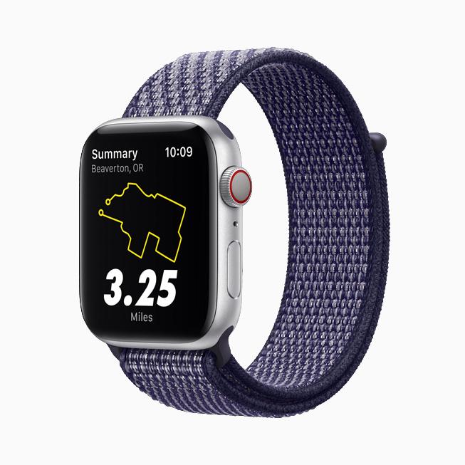 Apple Watch Nike 搭配心动紫色 Nike 回环式运动表带。