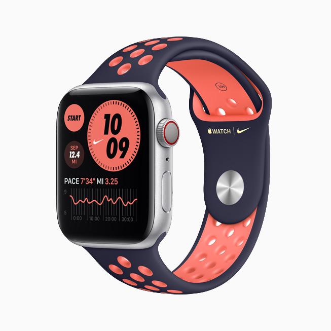 Apple Watch Nike 搭配蓝黑配艳芒果色 Nike 运动表带。