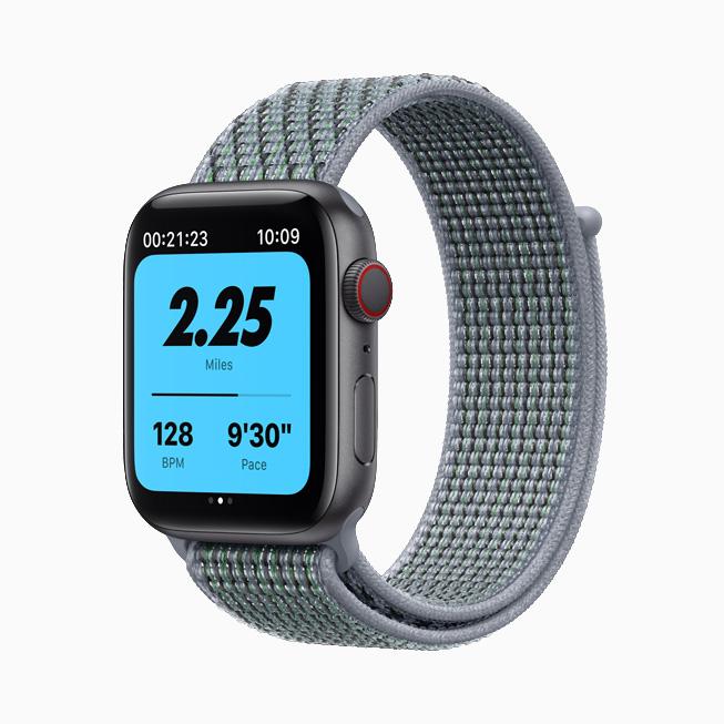 Apple Watch Nike 搭配曜石灰色 Nike 回环式运动表带。