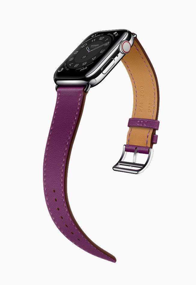 Apple Watch Hermès 搭配紫莲色表带。