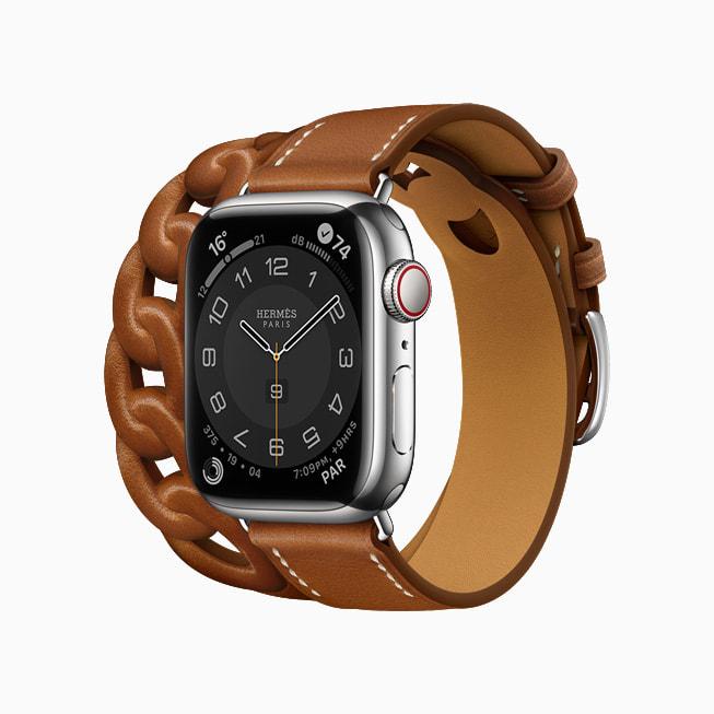 Gourmette Double Tour 款 Apple Watch Hermès,搭配 Fauve 棕色 Barénia 皮革。