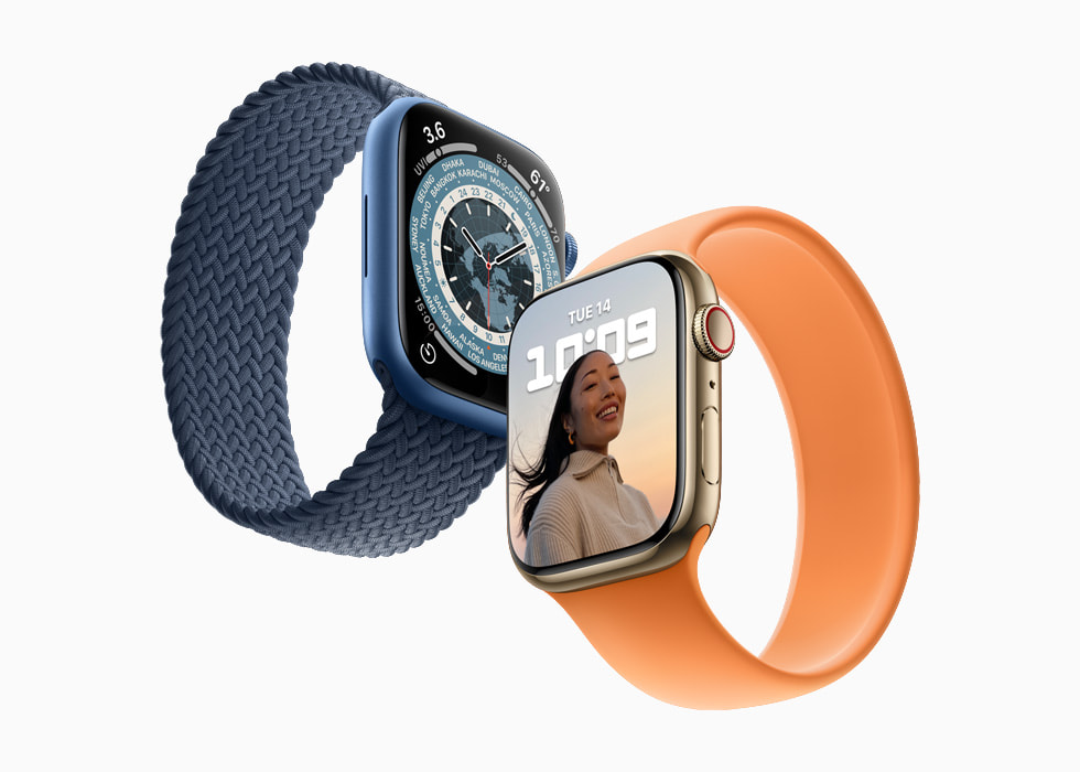 配备两种不同颜色表带的 Apple Watch Series 7。
