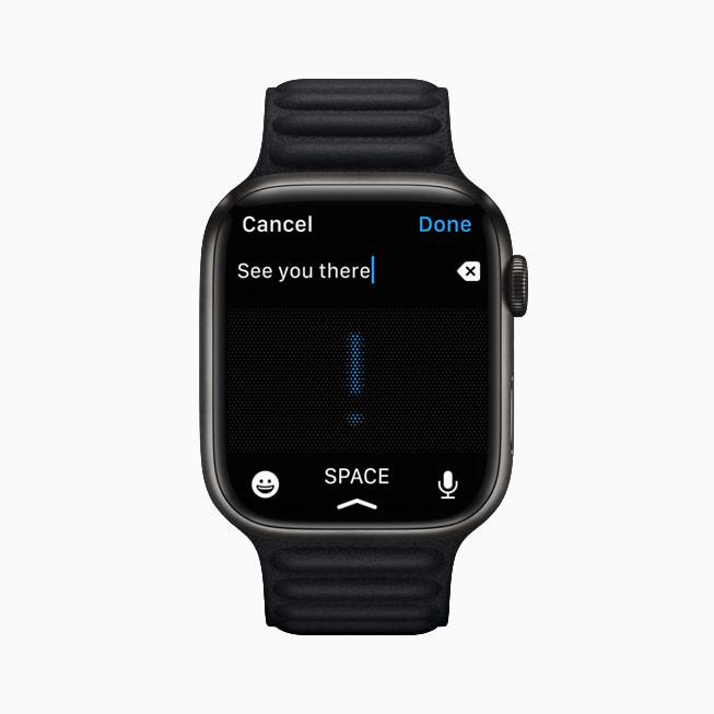 Apple Watch Series 7 上的信息 app 展示听写功能。