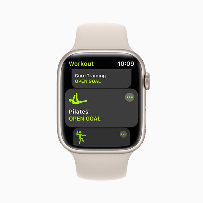Apple Watch Series 7 上显示的普拉提体能训练。