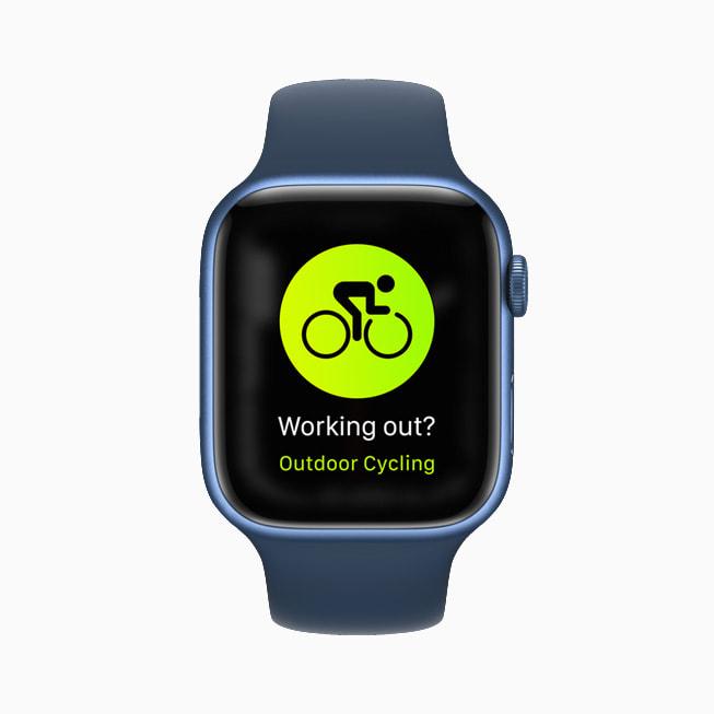 Apple Watch Series 7 显示户外单车界面。