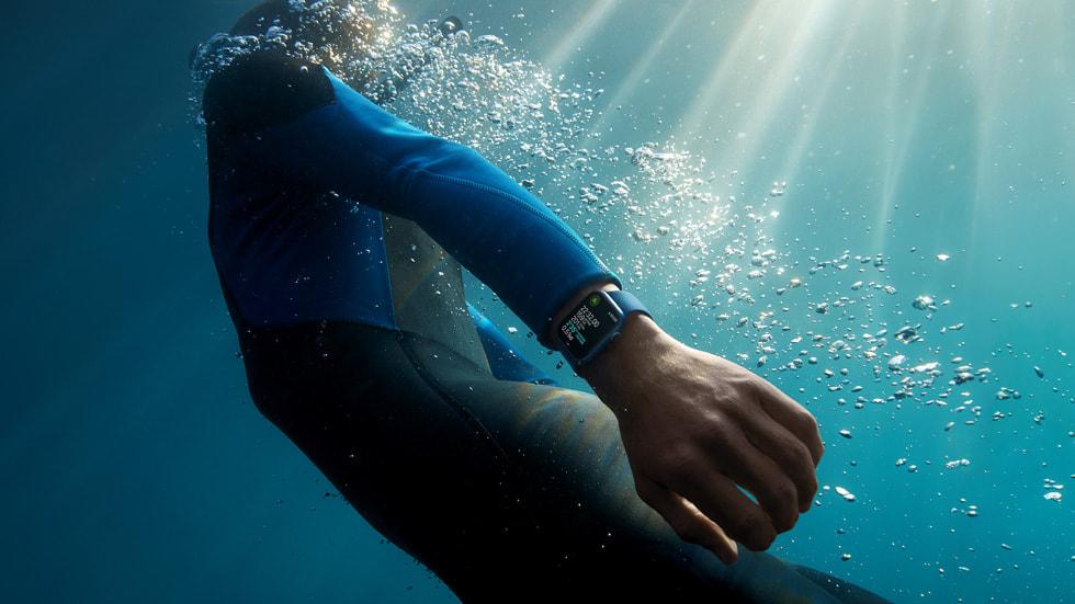 海上的一名冲浪者看着手腕上的 Apple Watch Series 7。