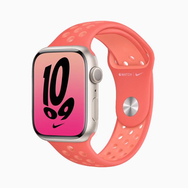 配搭粉色 Nike 表带的 Apple Watch Series 7。