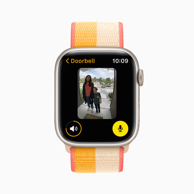 Apple Watch Series 7 的屏幕上正在显示 Doorbell app。