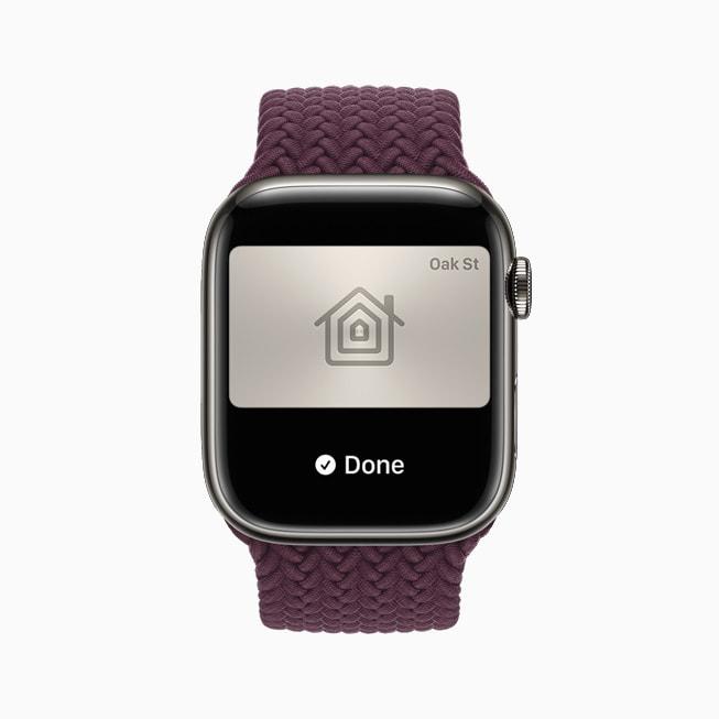 用户 Apple Watch 中显示家门钥匙图片。