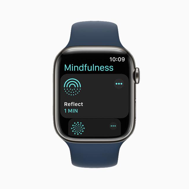 Apple Watch Series 7 上展示 watchOS 8 全新的正念功能。