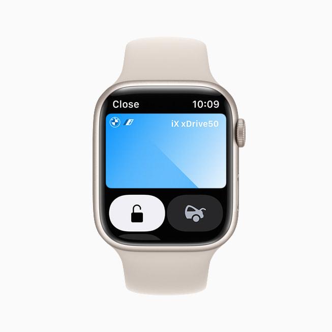 Apple Watch Series 7 的钱包 app 中展示数字车钥匙。