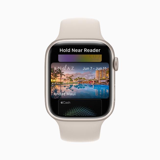 Apple Watch Series 7 的钱包 app 中展示酒店钥匙卡。