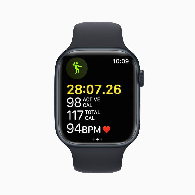 Apple Watch Series 7 上展示 watchOS 8 的体能训练 app。
