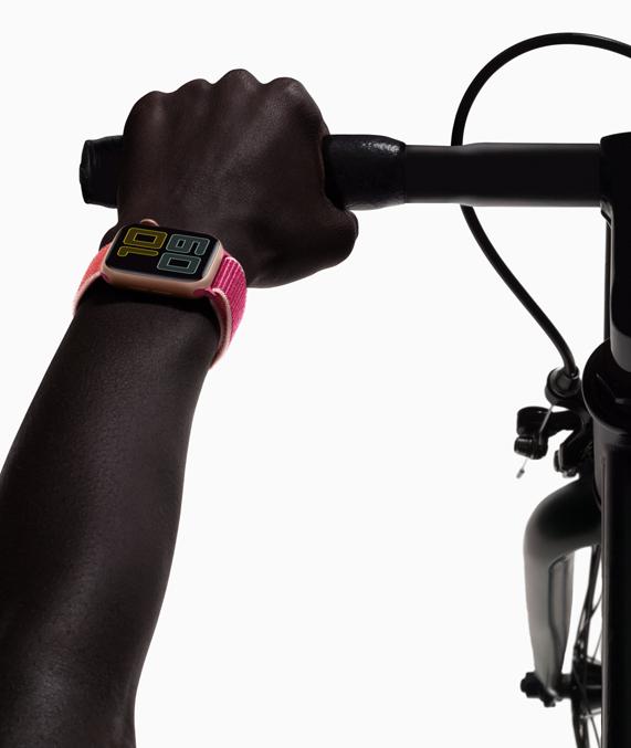 自行车骑手佩戴着 Apple Watch Series 5。