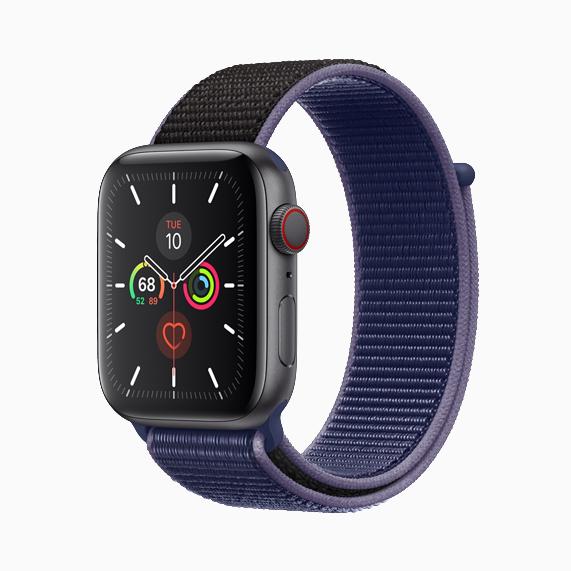 配有午夜蓝色回环式运动表带的 Apple Watch Series 5。
