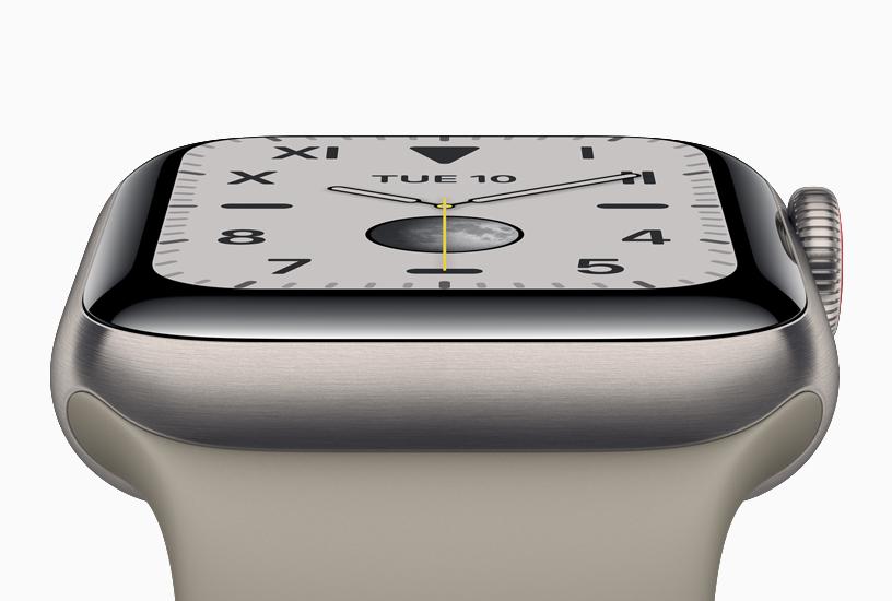 配备钛金属表壳的新款 Apple Watch Series 5。