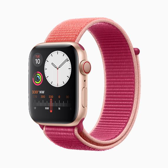 配有石榴色回环式运动表带的 Apple Watch Series 5。