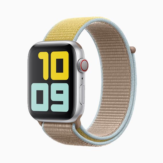 配有驼色回环式运动表带的 Apple Watch Series 5。