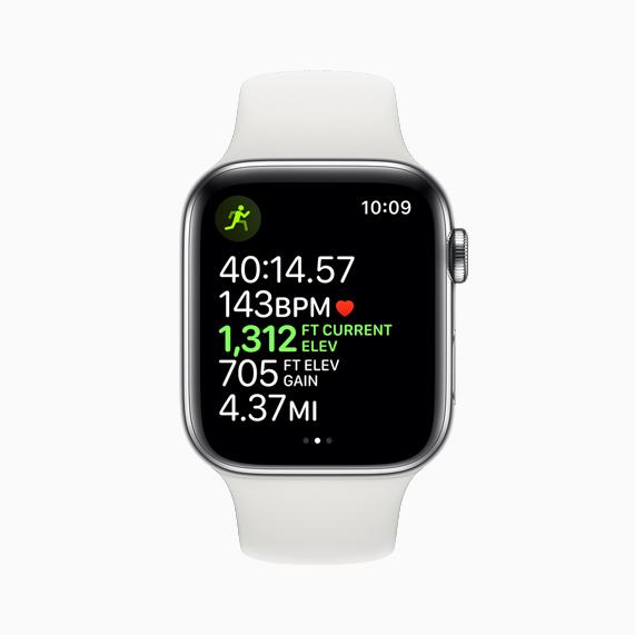 Apple Watch Series 5 上的体能训练屏幕,显示有高度和其他数据。