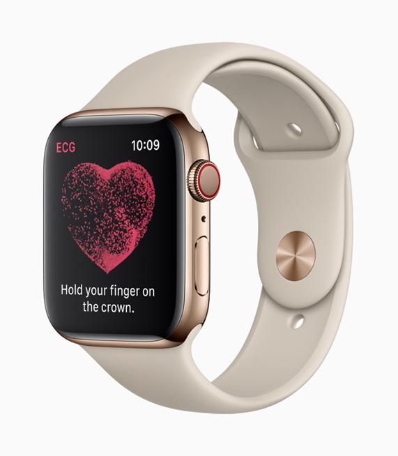 Apple Watch Series 4 屏幕显示,正在指导用户使用数码表冠做心电图检查。