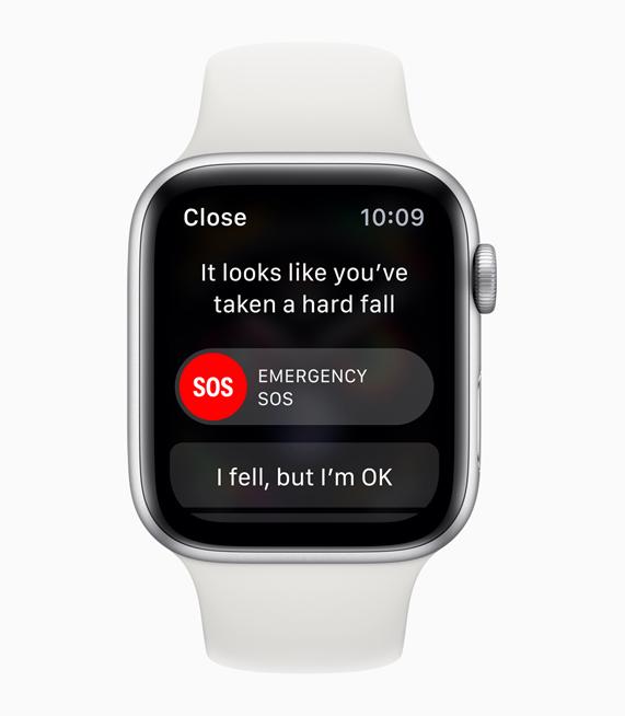 照片上是显示有摔倒检测提醒的银色 Apple Watch Series 4。