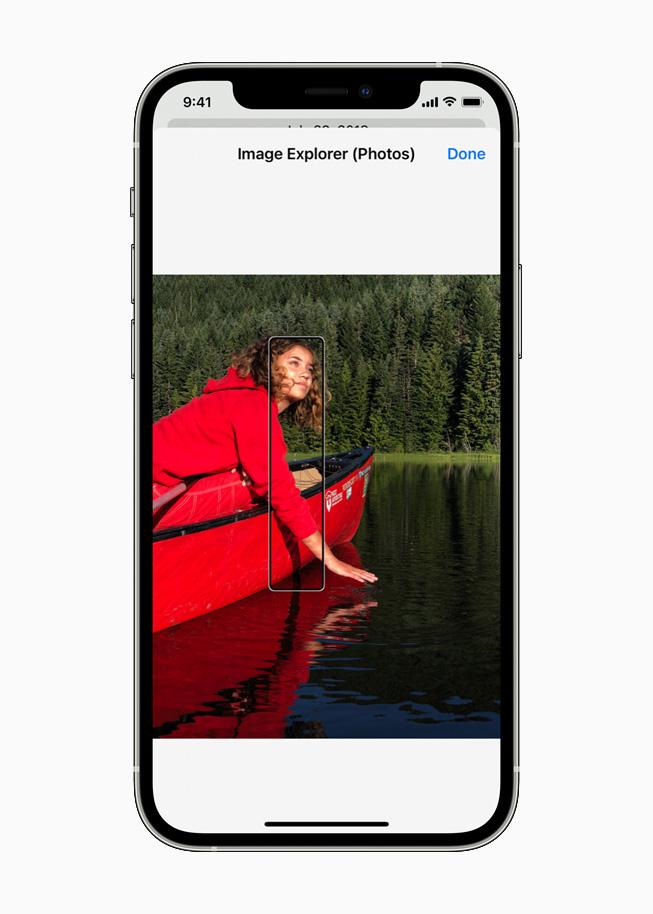 iPhone 12 Pro 上正在显示旁白中的新功能 Image Explorer(图像浏览器)。