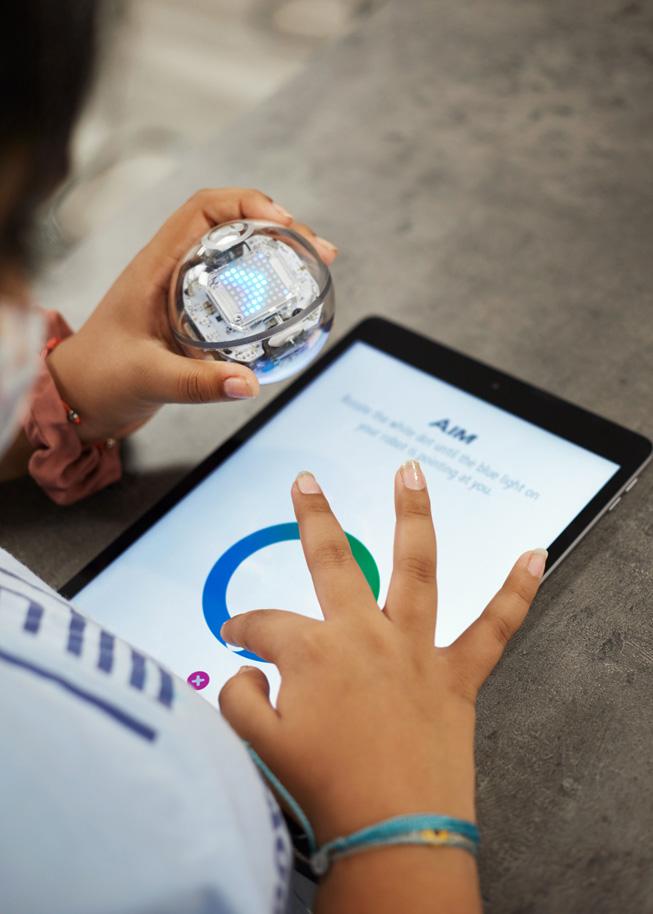 一位学生在 iPad 上学习如何编程。