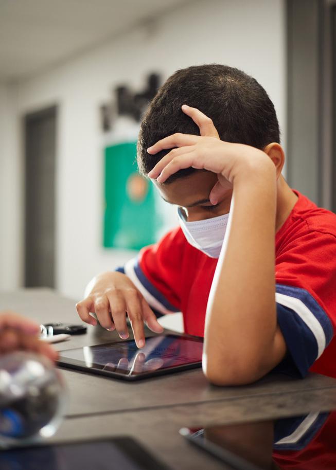 一位学生在 iPad 上学习。