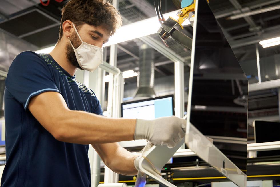 一名 Apple 员工在爱尔兰科克园区的 Mac 生产线上工作。