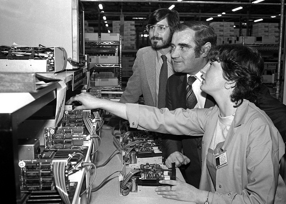 20 世纪 80 年代,Steve Jobs 与他人造访 Apple 爱尔兰科克园区。