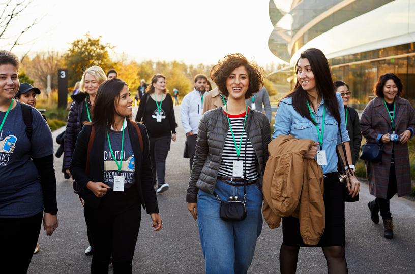 企业家培训课程参与者在 Apple Park 的照片。