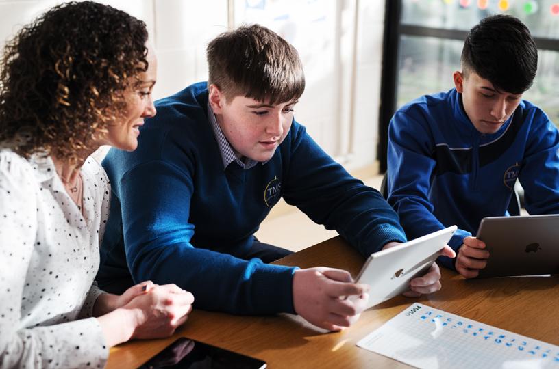 教师协助学生利用 iPad 破解密码。