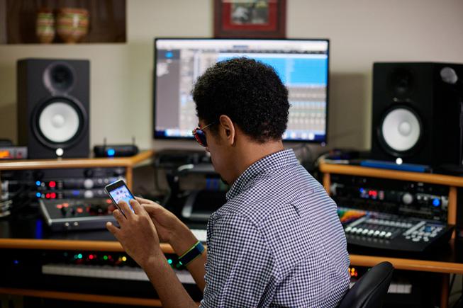 Matthew Whitaker 使用 iPod touch 上的旁白功能。