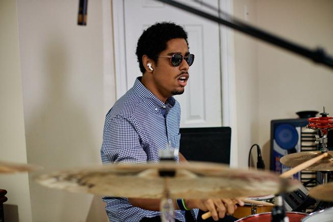 Mathew Whitaker 在家中演奏架子鼓。
