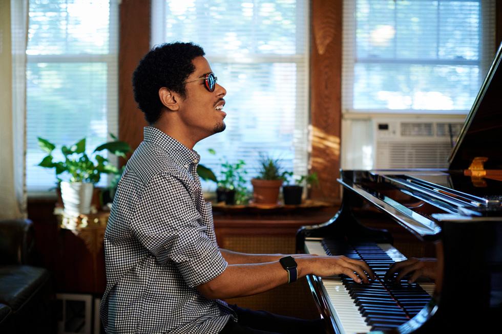 Mathew Whitaker 在家中弹奏钢琴。