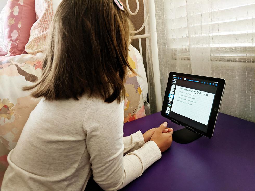 一名年幼的学生在使用 iPad 参加 Mike Lang 的学习项目。