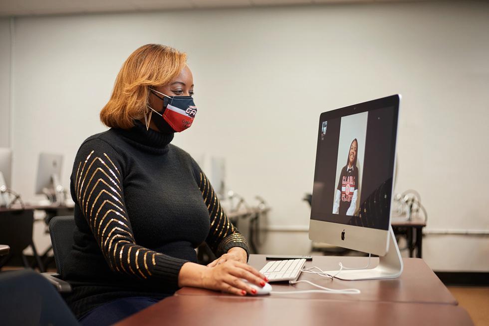MaKisha Funderburke 在使用 iMac。