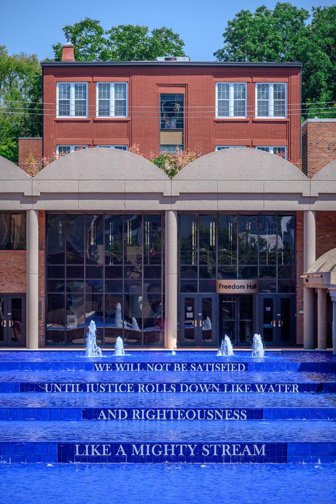 位于美国乔治亚州亚特兰大的 The King Center 纪念中心的倒影池,露出马丁·路德·金博士的名言。