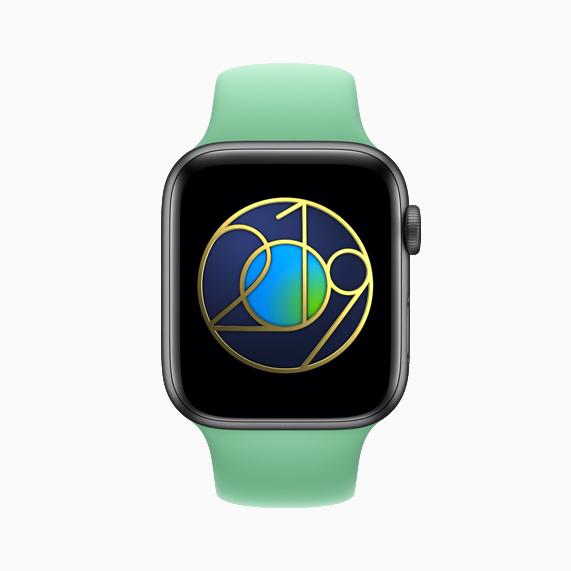 Apple Watch 显示地球日贴纸。