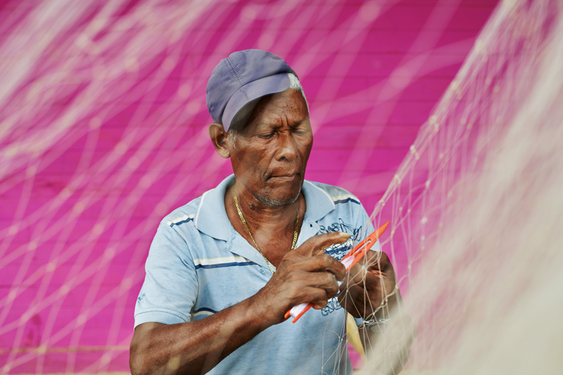 San Antero 的渔民以手工编织渔网。