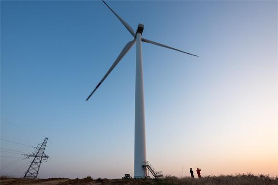 中国一家工厂设施中的风车。
