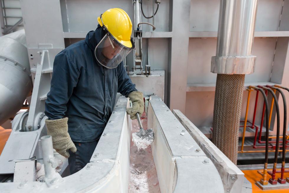 一家制铝厂的一名工人在监视冶炼过程。