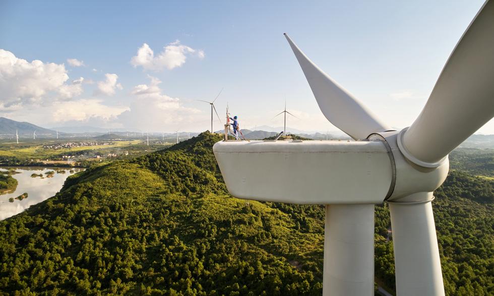 一位维修工人在离地数百英尺的的风力涡轮机上进行维修作业。