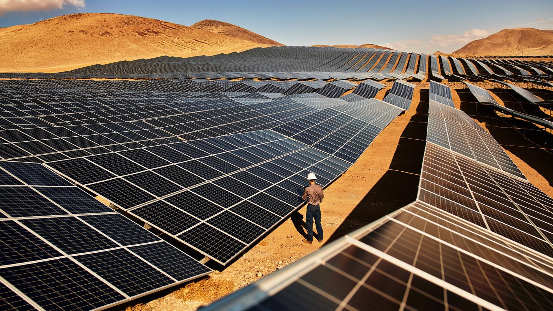 一名技术人员在美国内华达州的 Turquoise 太阳能发电厂检查太阳能板。