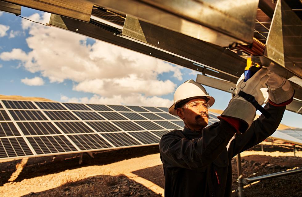 一名技术人员对室外太阳能板进行作业。