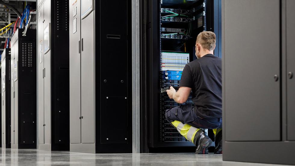 一名工人身处 Viborg 数据中心的服务器机房。